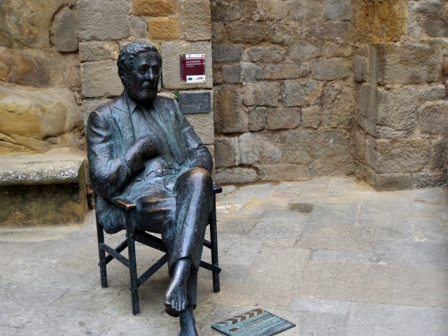 sos-del-rey-catlico-spain-28-september-2012-statue-in-homage-to-the-spanish-film-director-luis-garcia_t20_onY6Ox
